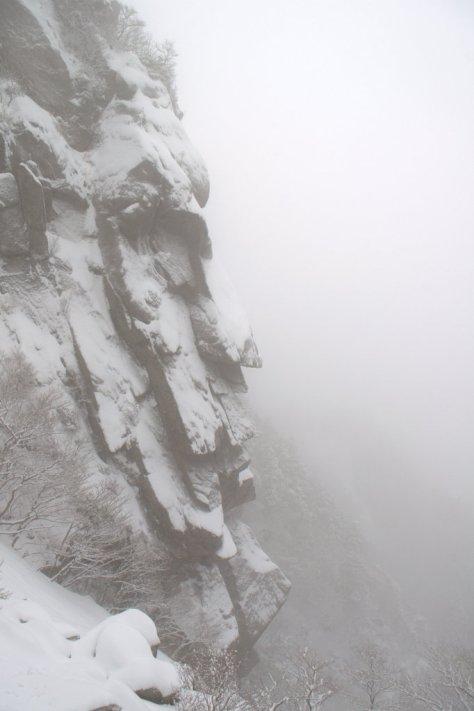 雪のモアイ岩